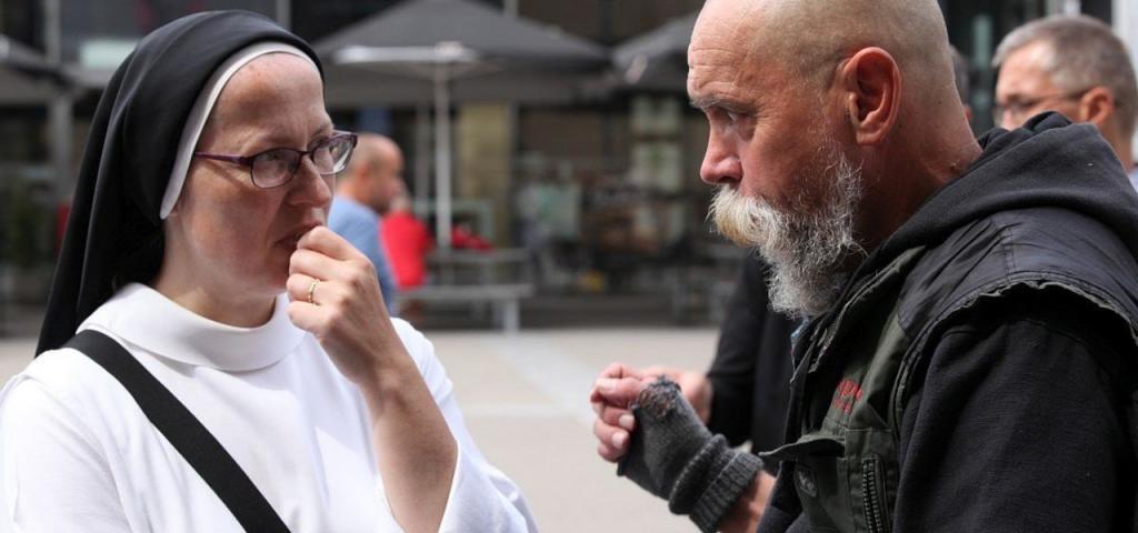 dominikánka při rozhovoru na ulici